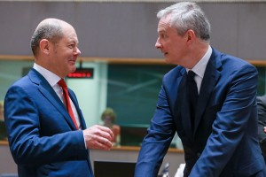 epa06761746 German Minister of Finance Olaf Scholz (L) and French Finance minister Bruno Le Maire during the European finance ministers council at the European Council in Brussels, Belgium, 25 May 2018.  EPA/STEPHANIE LECOCQ