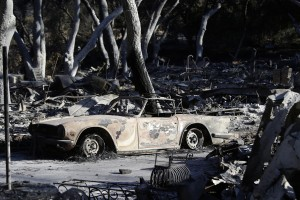 epa07161581 A scene of destruction in a community affected by the Woosley Fire in Westlake Village, California, USA, 12 November 2018. Fires across California fueled by very dry conditions and warm, strong Santa Ana winds have destroyed hundreds of homes, caused dozens of fatalities and scorched over 300,000 acres.  EPA/MIKE NELSON