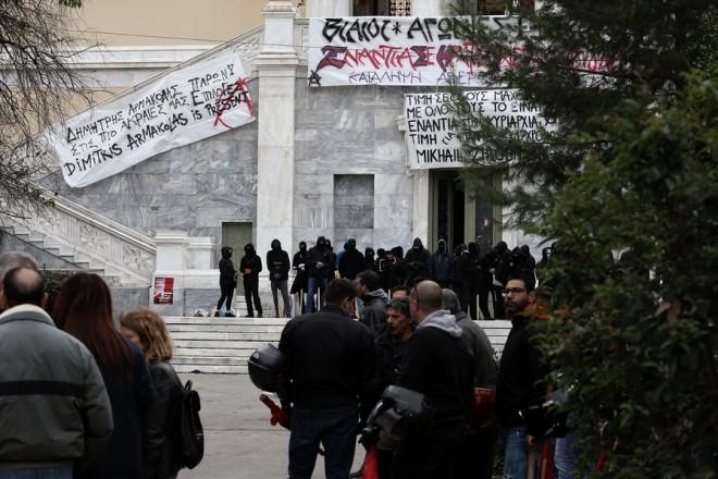 Ομάδα αντιεξουσιαστών (πίσω) έχει κάνει κατάληψη στο κτίριο Αβέρωφ στο Πολυτεχνείο ενώ κόσμος αφήνει λουλούδια στο Μνημείο του Πολυτεχνείου, Παρασκευή 16 Νοεμβρίου 2018, κατά τη δεύτερη ημέρα των εκδηλώσεων για τον εορτασμό των 45 χρόνων από την εξέγερση του Πολυτεχνείου. ΑΠΕ-ΜΠΕ/ΑΠΕ-ΜΠΕ/ΣΥΜΕΛΑ ΠΑΝΤΖΑΡΤΖΗ