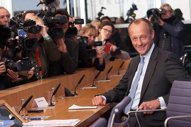 «Βγάζω περίπου ένα εκατομμύριο ευρώ τον χρόνο», δηλώνει ο υποψήφιος αντικαταστάτης της Μέρκελ