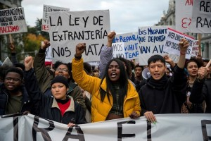 epa07159506 People shout slogans during a demonstration called by SOS Racism organization under the slogan 'Against institutional racism' in Madrid, Spain, 11 November 2018.  EPA/RODRIGO JIMENEZ
