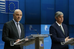 epa07177455 Pierre Moscovici (L), the European Commissioner for Economic and Financial Affairs and Taxation and Eurogroup President Portuguese Finance Minister Mario Centeno (R) holds a news conference after a Special Eurogroup Finance Ministers' meeting in Brussels, Belgium, 19 November 2018. The Eurogroup focused on Italy's budget crisis.  EPA/JULIEN WARNAND