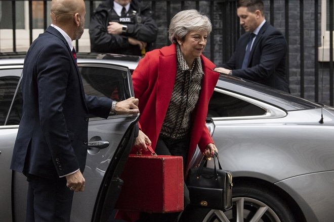 epa07169619 British Prime Minister Theresa May arrives in Downing Street, 16 November 2018. Prime Minister May is facing pressure in Parliament after six ministers had resigned over her Brexit withdrawal deal.  EPA/WILL OLIVER
