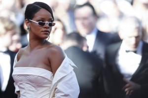 epa05975070 Barbadian singer Rihanna arrives for the premiere of Okja during the 70th annual Cannes Film Festival, in Cannes, France, 19 May 2017. The movie is presented in the Official Competition of the festival which runs from 17 to 28 May.  EPA/IAN LANGSDON