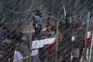 Πρόσφυγες και μετανάστες στο κέντρο υποδοχής και ταυτοποίησης στη Σάμο, την Τρίτη 2 Οκτωβρίου 2018. Ο πρόεδρος της Νέας Δημοκρατίας Κυριάκος Μητσοτάκης  πραγματοποιεί περιοδεία στο νησί και το πρωί επισκέφθηκε το κέντρο υποδοχής και ταυτοποίησης, όπου και ενημερώθηκε από τους αρμόδιους φορείς για την κατάσταση που επικρατεί. ΑΠΕ-ΜΠΕ/ΓΡΑΦΕΙΟ ΤΥΠΟΥ ΝΔ/ΔΗΜΗΤΡΗΣ  ΠΑΠΑΜΗΤΣΟΣ