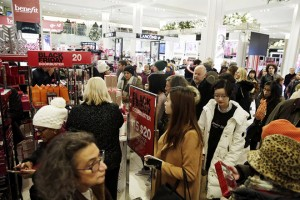 epa07185217 Bargain hunters seek low price deals during 'Black Friday' holiday shopping in MACY'S Herald Square in New York, New York, USA, 23 November 2018.  Black Friday is the day after the USA  Thanksgiving Day and is regarded as the start of the Christmas shopping season.  EPA/JASON SZENES