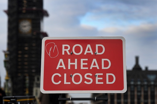 epaselect epa07190738 A road sign reads 'road ahead closed' on Westminster Bridge in London, Britain, 26 November 2018. Reports suggest British Prime Minister Theresa May will struggle to get her EU deal passed by MP's at parliament.  EPA/ANDY RAIN