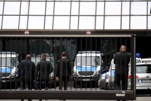 epa07196947 Investigators walk in front of Deutsche Bank headquarters in Frankfurt, Germany, 29 November 2018. Frankfurt prosecutors office confirmed to epa searches on suspicion of money laundering at Deutsche Bank facilities in the Frankfurt area.  EPA/ARMANDO BABANI