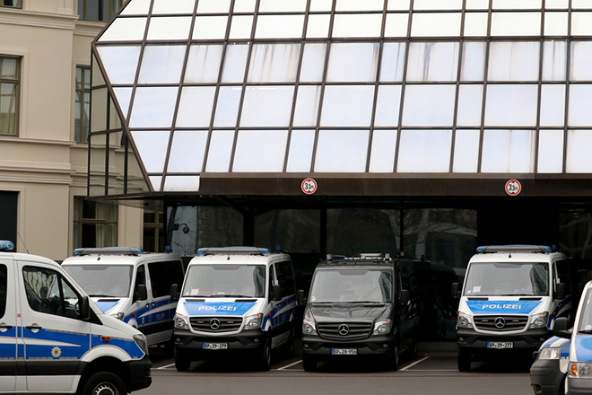 epa07196949 Police cars stand in front of Deutsche Bank headquarters in Frankfurt, Germany, 29 November 2018. Frankfurt prosecutors office confirmed to epa searches on suspicion of money laundering at Deutsche Bank facilities in the Frankfurt area.  EPA/ARMANDO BABANI