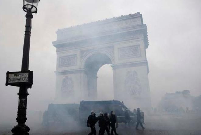 Γαλλία: Τι ζητούν τα «Ελεύθερα κίτρινα γιλέκα» – Πώς θα απαντήσει ο Εμανουέλ Μακρόν