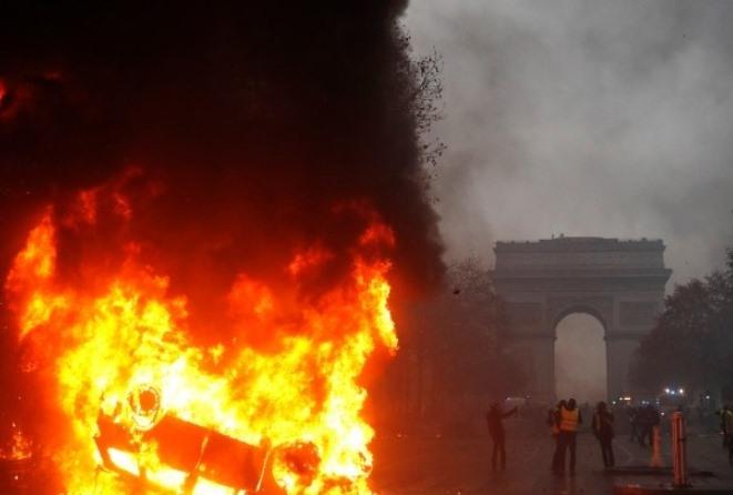 Γαλλία – «Κίτρινα γιλέκα»: Αναζητούνται απαντήσεις μετά το χάος και τις σοκαριστικές εικόνες