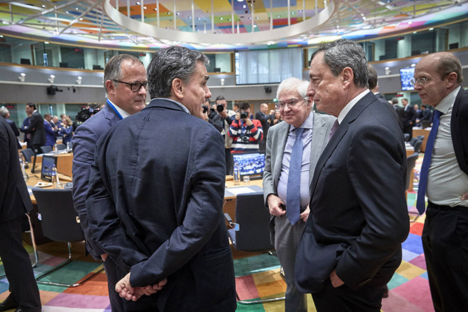 O υπουργός Οικονομικών Ευκλείδης Τσακαλώτος (Α) συνομιλεί με τον Πρόεδρο της Ευρωπαϊκής Κεντρικής Τράπεζας (ΕΚΤ) Mario Draghi (Δ),  κατά τη διάρκεια της συνεδρίασης του Eurogroup, τη Δευτέρα 3 Δεκεμβρίου 2018, στην έδρα του Ευρωπαϊκού Συμβουλίου, στις Βρυξέλλες.  ΑΠΕ-ΜΠΕ/consilium.europa.eu/STR