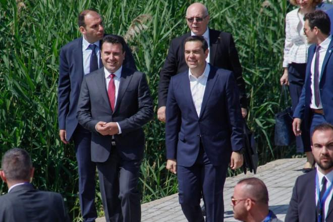 """ο πρωθυπουργός της ΠΓΔΜ, Ζόραν Ζάεφ (2Α) και ο πρωθυπουργός της Ελλάδος, Αλέξης Τσίπρας (Κ) καταφτάνουν στους Ψαράδες Πρεσπών για την τελετή υπογραφής συμφωνίας μεταξύ Ελλάδος και ΠΓΔΜ για το ονοματολογικό της ΠΓΔΜ, Φλώρινα, Κυριακή 17 Ιουνίου 2018. Η συμφωνία αποτελεί προϊόν μίας πολύμηνης διαπραγμάτευσης μεταξύ των δύο χωρών και κατέληξε στο όνομα """"Βόρεια Μακεδονία"""" ή """"Severna Makedonja"""". ΑΠΕ-ΜΠΕ/ ΑΠΕ-ΜΠΕ/ ΝΙΚΟΣ ΑΡΒΑΝΙΤΙΔΗΣ"""