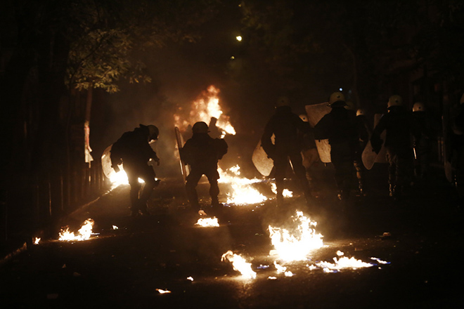 Φωτιές, μολότοφ και οδοφράγματα από διαδηλωτές στα Εξάρχεια μετά το τέλος της συγκέντρωσης στη μνήμη του 15χρονου μαθητή Αλέξη Γρηγορόπουλου που δολοφονήθηκε πριν δέκα χρόνια, Πέμπτη 6 Δεκεμβρίου 2018. ΑΠΕ-ΜΠΕ/ΑΠΕ-ΜΠΕ/ΓΙΑΝΝΗΣ ΚΟΛΕΣΙΔΗΣ