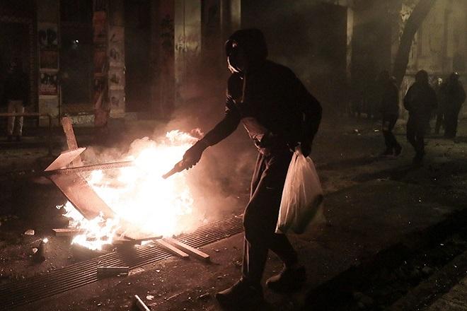 Καταδρομική επίθεση κουκουλοφόρων στο κτίριο των ΜΑΤ στην Καισαριανή