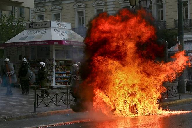 Επέτειος Γρηγορόπουλου: «Βομβαρδισμένο» τοπίο η Αθήνα και η Θεσσαλονίκη