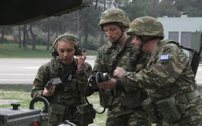 Public Issue: Οι Έλληνες εμπιστεύονται περισσότερο αστυνομία και στρατό