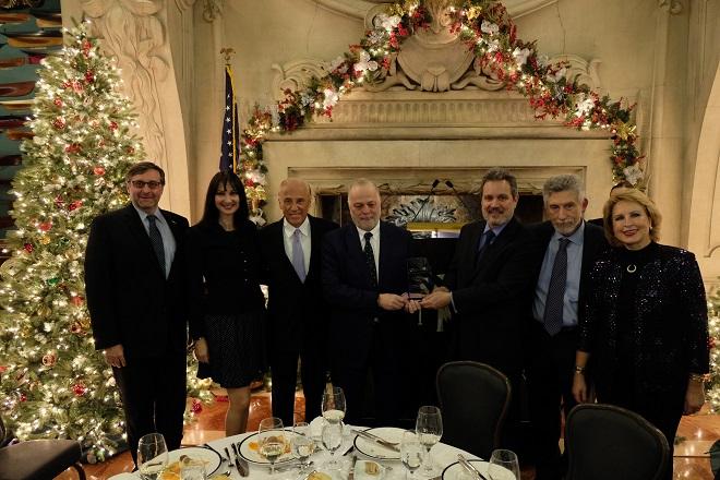ΣΣ: Φώτο από την βράβευση του κ. Μυτιληναίου. Από αριστερά: Βοηθός υφ. Εξ. Μάθιου Πάλμερ, υπουργός Τουρισμού Έλενα Κουντουρά, Ντιν Μητρόπουλος, Ευάγγελος Μυτιληναίος, πρέσβης Χάρης Λαλάκος, πρόεδρος Capital Link Νίκος Μπορνόζης και Όλγα Μπορνόζη.