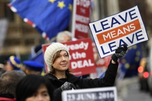 epa07221693 Pro-Brexit protesters outside Houses of Parliament in Central London, Britain, 10 December 2018. Media reports on 10 December 2018 state that British Prime Minister, Theresa May is to make a statement to British Members of Parliament later in the day amid reports the the Meaningful Vote due to take place on 11 December 2018 on her Brexit deal is being delayed.  EPA/WILL OLIVER