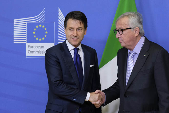 epa07226177 Italian Prime Minister Giuseppe Conte (L) is welcomed by European Commission President Jean-Claude Juncker prior to a meeting in Brussels, Belgium, 12 December 2018.  Conte is in Brussels for talks as Rome seeks to avert the danger of the European Commission opening an infringement procedure over the budget.  EPA/OLIVIER HOSLET