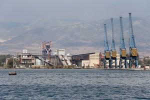 Φωτογραφία που δόθηκε σήμερα στην δημοσιότητα εικονίζει τις εγκαταστάσεις της Χαλυβουργικής στην Ελευσίνα , Τετάρτη 27 Σεπτεμβρίου 2017. Αυτοψία του ΑΠΕ ΜΠΕ από ξηρά και θάλασσα στον κόλπο της Ελευσίνας. Σε 27 υπολογίζονται τα ναυάγια μέσα στο κεντρικό λιμάνι και τον περιβάλλοντα χώρο στα αβαθή νερά του κόλπου της Ελευσίνας ενώ ξεπερνούν τα 40 τα παροπλισμένα και κατασχεθέντα πλοία που επιβαρύνουν την αισθητική κυρίως όμως τη ρύπναση της θάλασσας. ΑΠΕ-ΜΠΕ/ΑΠΕ-ΜΠΕ/Παντελής Σαίτας