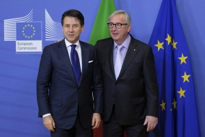 epa07226233 Italian Prime Minister Giuseppe Conte (L) is welcomed by European Commission President Jean-Claude Juncker prior to a meeting in Brussels, Belgium, 12 December 2018.  Conte is in Brussels for talks as Rome seeks to avert the danger of the European Commission opening an infringement procedure over the budget.  EPA/OLIVIER HOSLET