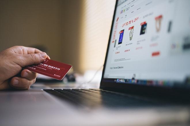 ΕΛΣΤΑΤ: Αυξήθηκαν πανελλαδικά οι ηλεκτρονικές αγορές- Το προφίλ των καταναλωτών