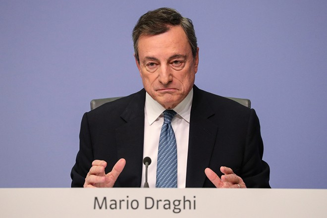epa07228494 Mario Draghi, the President of the European Central Bank (ECB), gestures while speaking during a news conference following the meeting of the Governing Council of the European Central Bank in Frankfurt Main, Germany, 13 December 2018. The ECB announced to formally end its purchase of bonds and said it will keep its interest rate at the zero percent level.  EPA/ARMANDO BABANI