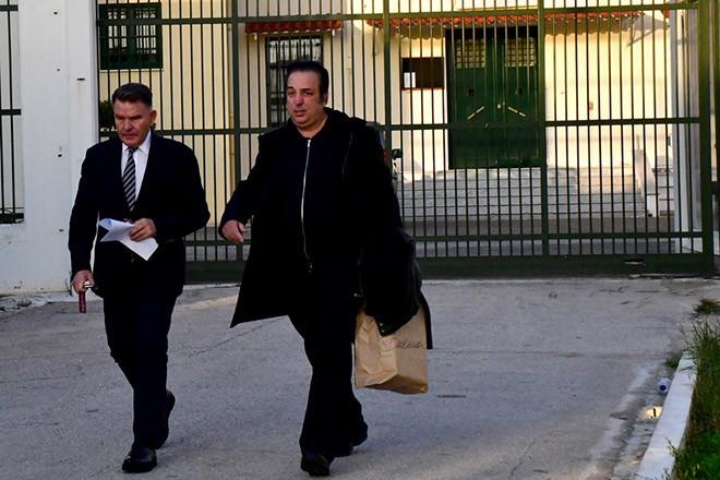 Ο ενεχυροδανειστής Ριχάρδος Μυλωνάς με τον συνήγορό του Αλέξη Κούγια εξέρχονται από τις  Δικαστικές φυλακές στο Ναύπλιο, την Παρασκευή 14 Δεκεμβρίου 2018. Ελεύθερος αφέθηκε από τις  Δικαστικές φυλακές στο Ναύπλιο με βούλευμα από το Συμβούλιο Πλημμελειοδικών Αθηνών ο ενεχυροδανειστής Ριχάρδος Μυλωνάς, Την ελευθερία στον Ριχάρδο Μυλωνά που βρισκόταν προφυλακισμένος στις Δικαστικές Φυλακές Ναυπλίου και τους υπόλοιπους επτά προφυλακισμένους κατηγορούμενους για λαθρεμπορία στην υπόθεση χρυσού δίνει το βούλευμα του Συμβουλίου Πλημμελειοδικών Αθηνών. Στον γνωστό ενεχυροδανειστή επιβλήθηκε εγγύηση 200.000 ευρώ.  Στον ενεχυροδανειστή και τον φερόμενο ως συναρχηγό του κυκλώματος επιβλήθηκαν και οι περιοριστικοί όροι της απαγόρευσης εξόδου από τη χώρα και της εμφάνισης μια φορά το μήνα στο αστυνομικό τμήμα. Στους υπόλοιπους έξι επιβλήθηκαν περιοριστικοί όροι χωρίς εγγυοδοσία. ΑΠΕ-ΜΠΕ /ΑΠΕ-ΜΠΕ/ΜΠΟΥΓΙΩΤΗΣ ΕΥΑΓΓΕΛΟΣ