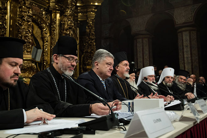 epa07233169 Ukrainian president Petro Poroshenko (C) attends the Unification Council in the St. Sophia Cathedral in downtown Kiev, Ukraine, 15 December 2018. The Holy Synod announced its decision that the Ecumenical Patriarchate would proceed to grant autocephaly to the Church of Ukraine on 11 October 2018. The Unification Council take place in Kiev on 15 December 2018. The Council is expected to approve the Charter of the local Ukrainian Orthodox Church and select the leader of the new church.  EPA/MIKHAIL PALINCHAK / POOL