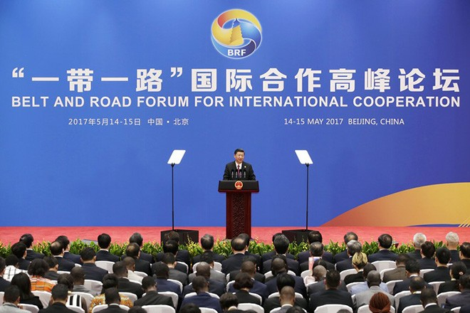 epa05966068 Chinese President Xi Jinping (C) speaks at a news conference at the end of the Belt and Road Forum in Beijing, China, 15 May 2017. The Belt and Road Forum runs from 14 to 15 May, and it is expected to lay the groundwork for Beijing-led infrastructure initiatives aimed at connecting China with Europe, Africa and Asia.  EPA/JASON LEE / POOL