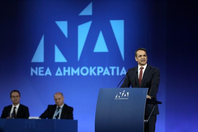 """Ο πρόεδρος της Νέας Δημοκρατίας, Κυριάκος Μητσοτάκης (Δ), απευθύνει ομιλία στο 12ο Τακτικό Συνέδριο της Νέας Δημοκρατίας που πραγματοποιείται σε εκθεσιακό χώρο του αεροδρομίου """"Ελ. Βενιζέλος"""" στα Σπάτα, Κυριακή 16 Δεκεμβρίου 2018. ΑΠΕ-ΜΠΕ/ ΑΠΕ-ΜΠΕ/ ΣΥΜΕΛΑ ΠΑΝΤΖΑΡΤΖΗ"""