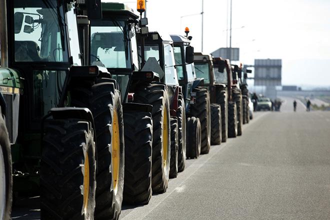 Κλιμακώνουν με μπλόκα τις κινητοποιήσεις τους αγρότες και κτηνοτρόφοι στη Θεσσαλία και τη Μακεδονία