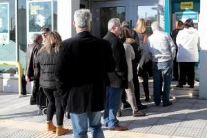 Κόσμος περιμένει έξω από τράπεζα,  Παρασκευή 15 Δεκεμβρίου 2017. Ξεκίνησε σήμερα να καταβάλλεται το κοινωνικό μέρισμα . ΑΠΕ-ΜΠΕ/ΑΠΕ-ΜΠΕ/Παντελής Σαίτας