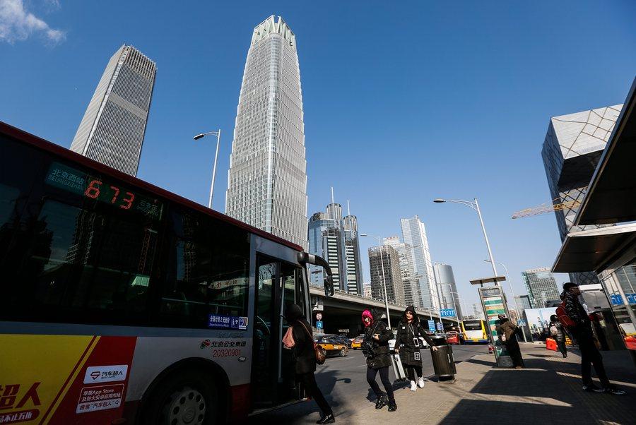 Η Κίνα έβγαλε στους δρόμους της τα πρώτα λεωφορεία με τεχνητή νοημοσύνη