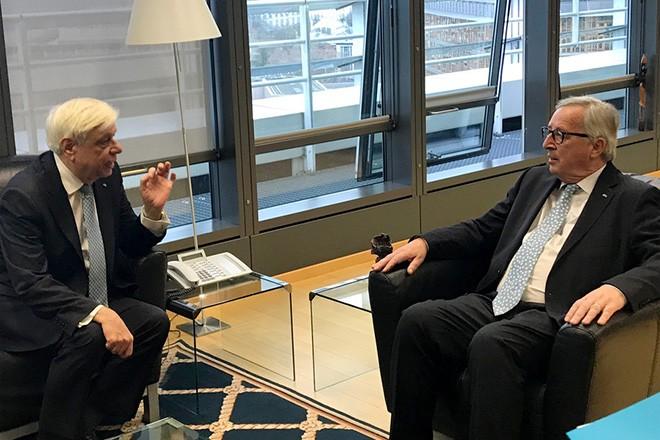 Ο Πρόεδρος της Δημοκρατίας Προκόπης Παυλόπουλος (Α) συνομιλεί με τον πρόεδρο της Ευρωπαϊκής Επιτροπής Ζαν Κλοντ Γιούνκερ (Δ) κατά τη διάρκεια της συνάντησής τους, την Τετάρτη 19 Δεκεμβρίου 2018, στις Βρυξέλλες. Eπίσημη επίσκεψη στην Ευρωπαϊκή Επιτροπή, στις Βρυξέλλες, πραγματοποιεί ο Πρόεδρος της Δημοκρατίας Προκόπης Παυλόπουλος, κατόπιν πρόσκλησης από τον πρόεδρο της Ευρωπαϊκής Επιτροπής Ζαν Κλοντ Γιούνκερ. ΑΠΕ- ΜΠΕ/ΑΠΕ- ΜΠΕ/STR