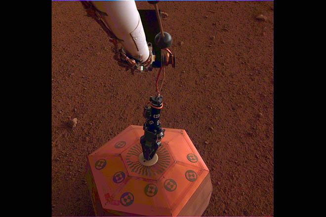 Στην επιφάνεια του Άρη τοποθέτησε σεισμογράφο το InSight της NASA (Φωτογραφία)