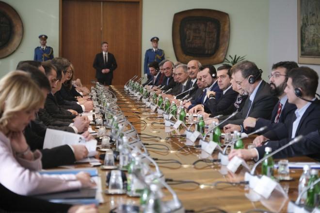 (Ξένη Δημοσίευση)  Ο Σέρβος Πρόεδρος Αλεξάνταρ Βούτσιτς συνομιλεί με τον πρωθυπουργό Αλέξη Τσίπρα κατά τη διάρκεια του Ανωτάτου Συμβουλίου Συνεργασίας Ελλάδας-Σερβίας, την  Παρασκευή 21 Δεκεμβρίου 2018. Στο Βελιγράδι βρίσκεται ο πρωθυπουργός Αλέξης Τσίπρας, προκειμένου να συμμετάσχει στο 2ο Ανώτατο Συμβούλιο Συνεργασίας Ελλάδας-Σερβίας, αλλά και στην τετραμερή Σύνοδο Συνεργασίας Βουλγαρίας- Ελλάδας-Ρουμανίας-Σερβίας.   Τον πρωθυπουργό συνοδεύουν στη σερβική πρωτεύουσα - μεταξύ άλλων - οι υπουργοί Ψηφιακής Πολιτικής Νίκος Παππάς, Προστασίας του Πολίτη Όλγα Γεροβασίλη, Υποδομών και Μεταφορών Χρήστος Σπίρτζης, ο αναπληρωτής υπουργός Οικονομίας Στέργιος Πιτσιόρλας και οι υφυπουργοί Εξωτερικών Μάρκος Μπόλαρης και Αθλητισμού Γιώργος Βασιλειάδης. ΑΠΕ-ΜΠΕ/ΓΡΑΦΕΙΟ ΤΥΠΟΥ ΠΡΩΘΥΠΟΥΡΓΟΥ/Andrea Bonetti