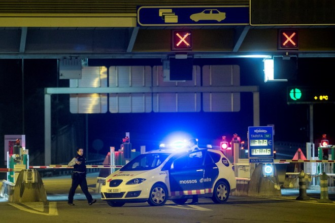 epa07220341 Catalonian Regional Police members patrol at a toll station in Barcelona, Catalonia, northern Spain, 09 December 2018, after an action by the Committees of Republic Defense (CDR) where several barries were glued.  EPA/QUIQUE GARCIA