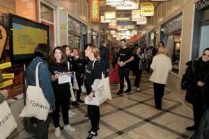 Κόσμος επισκέπτεται την στοά εμπόρων στο κέντρο της Αθήνας , Σάββατο 22 Δεκεμβρίου 2018.  Το Σάββατο 22 και την Κυριακή 23 Δεκεμβρίου ο δήμος Αθηναίων διοργάνωσε ένα εορταστικό διήμερο  στην Στοά Εμπόρων και Πλατεία Θεάτρου δύο σημεία του κέντρου που ξαναζωντάνεψαν με τα 15 νέα καταστήματα που χρηματοδοτεί ο δήμος Αθηναίων. ΑΠΕ-ΜΠΕ/ΑΠΕ-ΜΠΕ/Παντελής Σαίτας