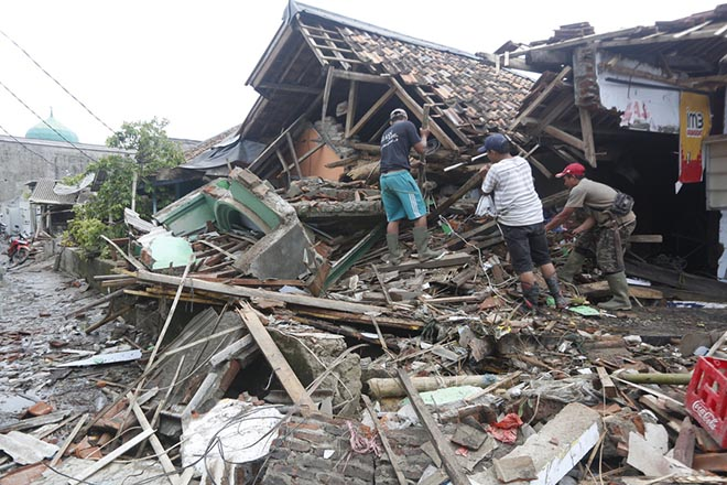 epa07248145 Local residents search for valuable item among debris in devastated area after a tsunami hit Sunda Strait in Sumur, Banten, Indonesia, 25 December 2018. According to the Indonesian National Board for Disaster Management (BNPB), at least 429 people died and 1,459 others have been injured after a tsunami hit the coastal regions of the Sunda Strait.  EPA/ADI WEDA