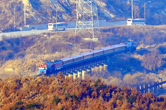 Εγκαίνια για τη σιδηροδρομική και οδική διασύνδεση Βόρειας και Νότιας Κορέας