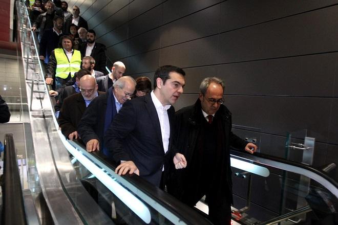 Ο πρωθυπουργός Αλέξης Τσίπρας επιθεωρεί τις εργασίες που έχουν γίνει στο σταθμό του μετρό «Σιντριβάνι - Έκθεση», τον πρώτο έτοιμο σταθμό του μετρό Θεσσαλονίκης, Θεσσαλονίκη, Σάββατο 29 Δεκεμβρίου 2018. «Tο πιο γνωστό ανέκδοτο για την πόλη της Θεσσαλονίκης παύει να είναι πια ανέκδοτο και γίνεται πραγματικότητα», είπε ο πρωθυπουργός, Αλέξης Τσίπρας, στον χαιρετισμό του από τον σταθμό του μετρό στο Συντριβάνι, τον οποίο επιθεώρησε.Είναι στο 95% ολοκληρωμένο το έργο σε ό,τι αφορά την κατασκευή των 13 πρώτων σταθμών και αυτό που λείπει είναι δύο πράγματα: οι συρμοί και ο ιδιοκτήτης του έργου, δηλαδή οι πολίτες της Θεσσαλονίκης που δικαιούνται μετά από τόσα χρόνια αναμονής να έχουν τη δυνατότητα μιας σύγχρονης υποδομής που θα αλλάξει την ποιότητα της ζωής τους και την καθημερινότητα τους.Είπε ότι το πρώτο εξάμηνο του 2019 θα γίνουν οι δοκιμές των συρμών και τόνισε την πεποίθησή του ότι «όχι στο τέλος του 2020, αλλά τον Φλεβάρη του 2020 οι πολίτες της Θεσσαλονίκης θα είναι σε θέση να κάνουν χρήση ενός εργαλείου που το έχουν ανάγκη».ΑΠΕ ΜΠΕ/PIXEL/ΜΠΑΡΜΠΑΡΟΥΣΗΣ ΣΩΤΗΡΗΣ