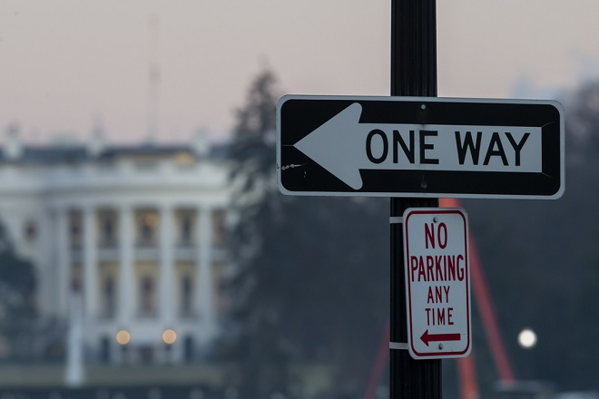 epa07250360 A street sign on the Ellipse south of the White House at dawn in Washington, DC, USA, 27 December 2018. The US government continues into a sixth day of a partial shutdown as Congress and US President Donald J. Trump are at an impasse on the funding of Trump's proposed southern border barrier.  EPA/ERIK S. LESSER