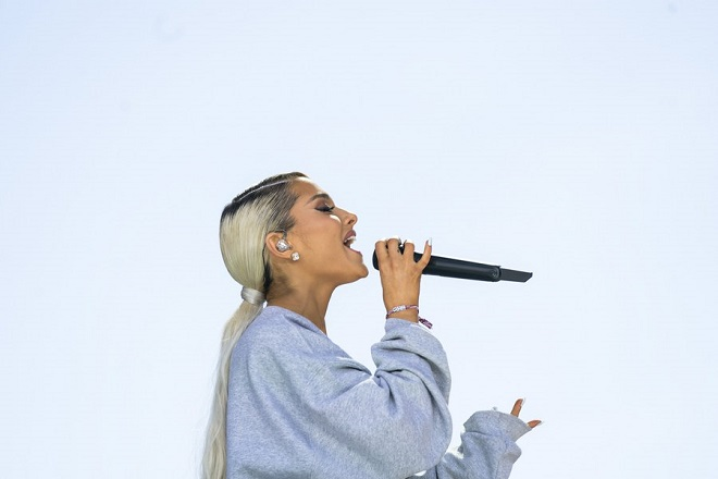epa06627405 Performer Ariana Grande sings 'Be Alright' at the March For Our Lives in Washington, DC, USA, 24 March 2018. March For Our Lives student activists demand that their lives and safety become a priority, and an end to gun violence and mass shootings in our schools  EPA/JIM LO SCALZO