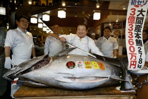 epa07262956 Kiyoshi Kimura (C), President of Japanese sushi chain Sushi-Zanmai, prepares to cut his 278 kilogram Bluefin tuna fish during the New Year 2019 first auction of the Toyosu Market at his head restaurant at Tsukiji in Tokyo, Japan, 05 January 2019. Kimura offered 333.6 million yen, around 2.7 million euros, for the tuna on the Toyosu market, thus paying a new maximum price.  EPA/KIMIMASA MAYAMA
