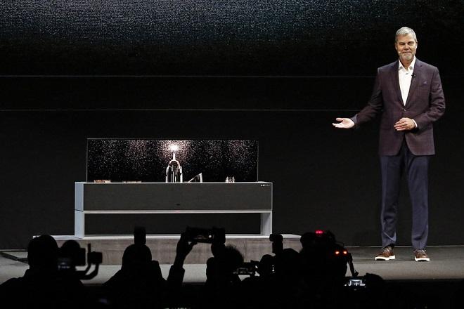 Αυτή είναι η νέα «έξυπνη» τηλεόραση της LG που διπλώνει (Βίντεο)