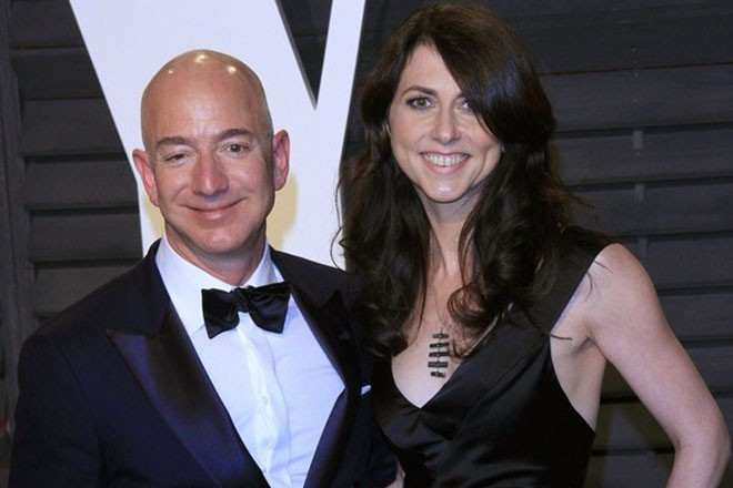 epa05819065 Amazon founder Jeff Bezos (L) and wife MacKenzie Bezos (R) arriving for the 2017 Vanity Fair Oscar Party following the 89th annual Academy Awards ceremony in Beverly Hills, California, USA, 26 February 2017. The Oscars are presented for outstanding individual or collective efforts in 24 categories in filmmaking.  EPA/NINA PROMMER