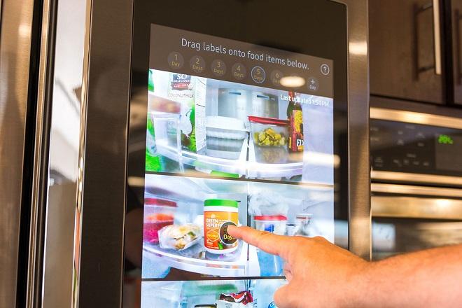 Η Samsung παρουσίασε το νέο Family Hub – Το ψυγείο που μιλάει και σας πιάνει την κουβέντα
