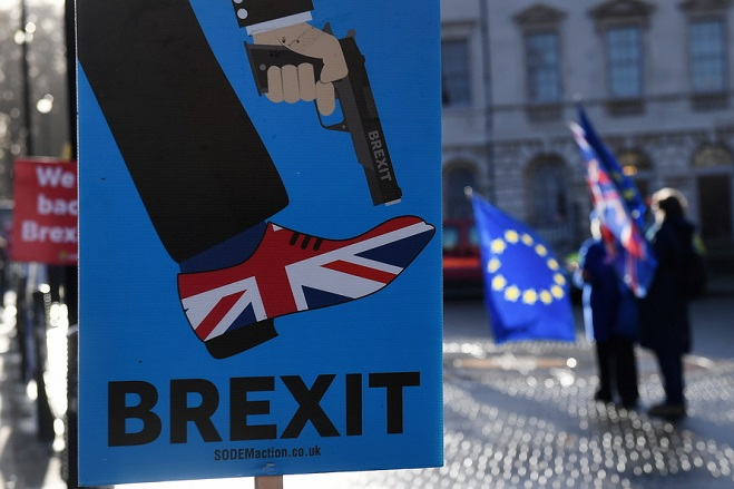 epa07237155 Pro EU protesters demonstrate outside the parliament calling for People's Vote in London, Britain, 17 December 2018. British Prime Minister Theresa May is set to make a statement in the Commons on Brexit, ruling out a new referendum.  EPA/ANDY RAIN